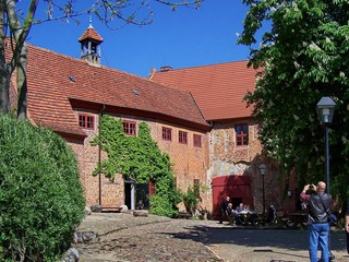 Burg Penzlin mit Hexenkeller