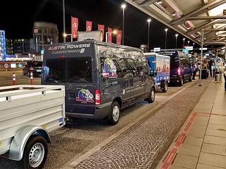 Shuttle-Service & Stadtrundfahrten mit Austin Powers Taxi & Transfer