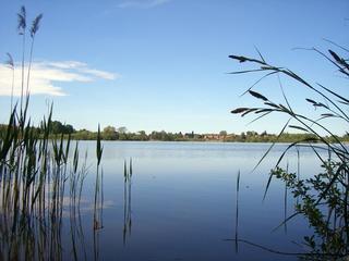 Ostufer Schweriner See mit Naturschutzgebiet Warnowtal bei Karnin